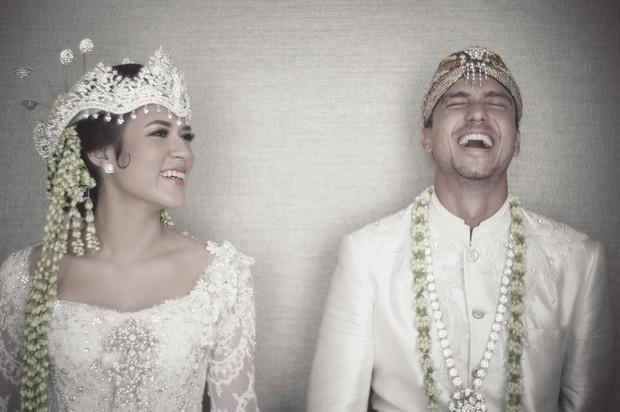 Raisa tampil cantik dalam adat siger Sunda saat melangsungkan pernikahan.