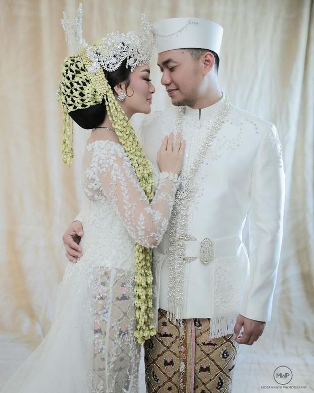 Adat siger Sunda dari Zaskia Gotix yang dipilih saat hari pernikahan.