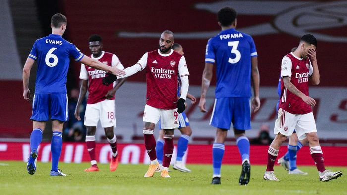 Arsenals Alexandre Lacazette congratulates Leicesters Jonny Evans, left, after the English Premier League soccer match between Arsenal and Leicester City at Emirates Stadium in London, England, Sunday, Oct. 25, 2020. (Will Oliver/Pool via AP)