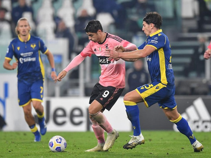 TURIN, ITALY - OCTOBER 25:  Alvaro Morata (L) of Juventus competes with Giangiacomo Magnani of Hellas Verona FC during the Serie A match between Juventus and Hellas Verona FC at Allianz Stadium on October 25, 2020 in Turin, Italy.  (Photo by Valerio Pennicino/Getty Images)