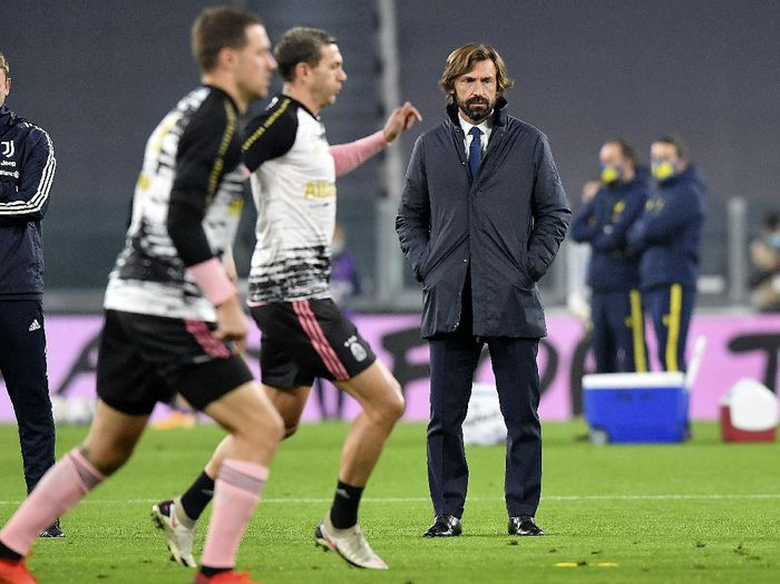 Juventus coach Andrea Pirlo, right, looks at players warming up, prior to the Serie A soccer match between Juventus and Hellas Verona, at the Allianz Stadium in Turin, Italy, Sunday, Oct. 25, 2020. (Tano Pecoraro/LaPresse via AP)