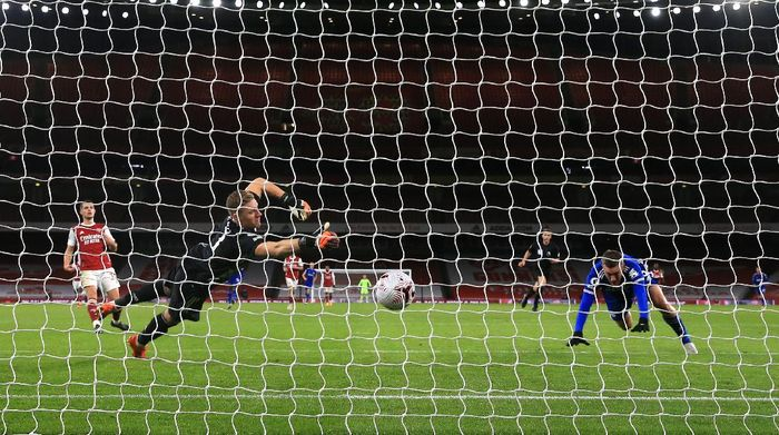 LONDON, ENGLAND - OCTOBER 25: Jamie Vardy of Leicester City scores his teams first goal past Bernd Leno of Arsenal during the Premier League match between Arsenal and Leicester City at Emirates Stadium on October 25, 2020 in London, England. Sporting stadiums around the UK remain under strict restrictions due to the Coronavirus Pandemic as Government social distancing laws prohibit fans inside venues resulting in games being played behind closed doors. (Photo by Catherine Ivill/Getty Images)