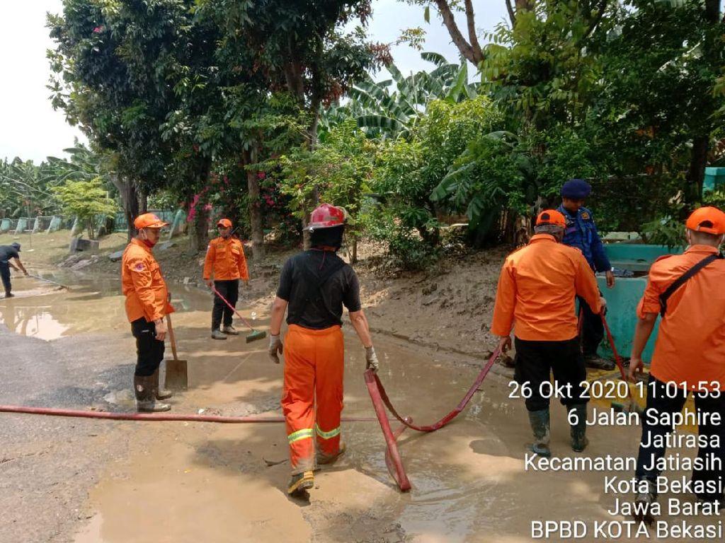 Banjir di Teluk Pucung-Villa Jatirasa Bekasi Surut, Petugas Bersihkan Lumpur
