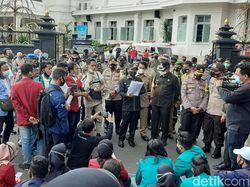 Di Tengah Orasi, Wali Kota Malang Temui Pendemo Omnibus Law