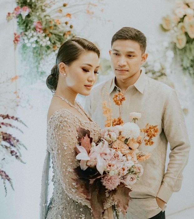 Influencer Rachel Theresia resmi dilamar sang kekasih, Audy, pada 12 Oktober 2020. Prosesi lamaran itu digelar di The Manor Andara, Depok, Jawa Barat.