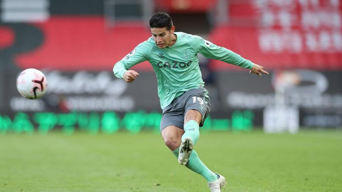 SOUTHAMPTON, ENGLAND - OCTOBER 25: James Rodriguez of Everton crosses the ball during the Premier League match between Southampton and Everton at St Marys Stadium on October 25, 2020 in Southampton, England. Sporting stadiums around the UK remain under strict restrictions due to the Coronavirus Pandemic as Government social distancing laws prohibit fans inside venues resulting in games being played behind closed doors. (Photo by Naomi Baker/Getty Images)