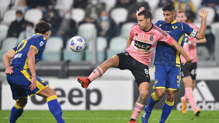 TURIN, ITALY - OCTOBER 25:  Aaron Ramsey (C) of Juventus competes with Davide Faraoni of Hellas Verona FC during the Serie A match between Juventus and Hellas Verona FC at Allianz Stadium on October 25, 2020 in Turin, Italy.  (Photo by Valerio Pennicino/Getty Images)
