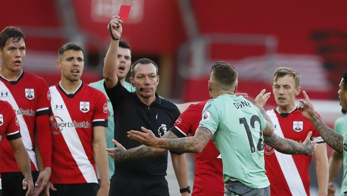 SOUTHAMPTON, ENGLAND - OCTOBER 25: Lucas Digne of Everton is shown a red card by referee Kevin Friend after fouling Kyle Walker-Peters of Southampton during the Premier League match between Southampton and Everton at St Marys Stadium on October 25, 2020 in Southampton, England. Sporting stadiums around the UK remain under strict restrictions due to the Coronavirus Pandemic as Government social distancing laws prohibit fans inside venues resulting in games being played behind closed doors. (Photo by Frank Augstein - Pool/Getty Images)