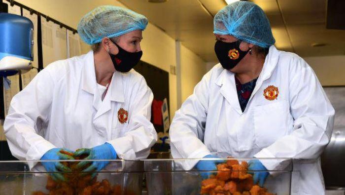 Manchester United Foundation membantu menyediakan 5.000 makanan untuk siswa di enam sekolah di Manchester selama libur di bulan Oktober.