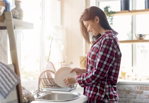 Jika pertemuan berlangsung di rumah, kamu bisa membantu membersihkan piring, atau hal-hal lainnya untuk membantu calon mertuamu.