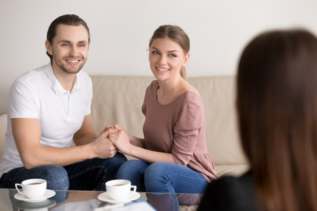 Sikap ini jelas enggak sopan. Hindarilah untuk bermesraan di depan calon mertua ya. Hal ini juga bisa membuat kamu dinilai enggak dewasa dalam berperilaku.