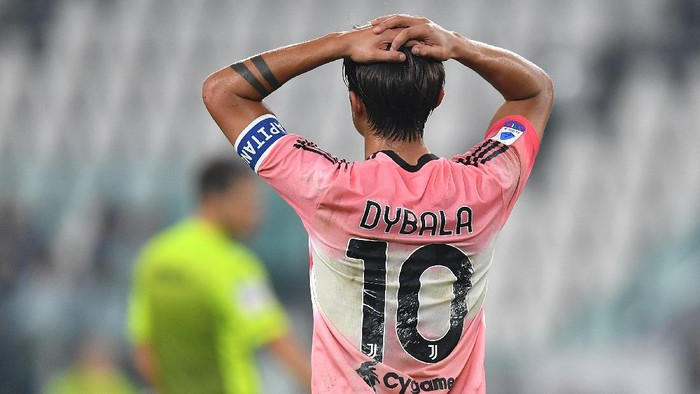 TURIN, ITALY - OCTOBER 25:  Paulo Dybala of Juventus shows his dejection during the Serie A match between Juventus and Hellas Verona FC at Allianz Stadium on October 25, 2020 in Turin, Italy.  (Photo by Valerio Pennicino/Getty Images)