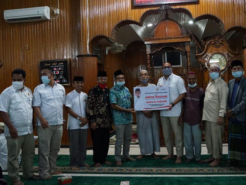 Pulkam ke Sijunjung, Andre Salurkan Bantuan untuk Masjid Hingga Balai Adat