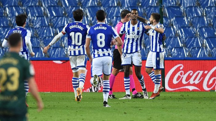 SAN SEBASTIAN, SPAIN - OCTOBER 25: Alexander Isak of Real Sociedad celebrates with teammates after scoring his teams fourth goal during the La Liga Santander match between Real Sociedad and SD Huesca at Estadio Anoeta on October 25, 2020 in San Sebastian, Spain. Sporting stadiums around Spain remain under strict restrictions due to the Coronavirus Pandemic as Government social distancing laws prohibit fans inside venues resulting in games being played behind closed doors. (Photo by Juan Manuel Serrano Arce/Getty Images)