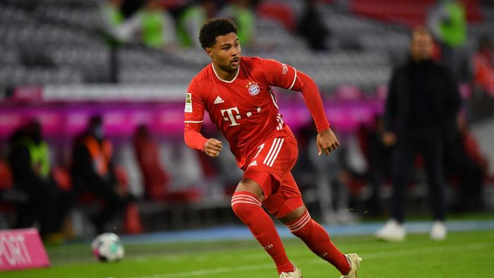 MUNICH, GERMANY - OCTOBER 04: Serge Gnabry of Bayern Muenchen plays the ball during the Bundesliga match between FC Bayern Muenchen and Hertha BSC at Allianz Arena on October 04, 2020 in Munich, Germany. (Photo by Sebastian Widmann/Getty Images)