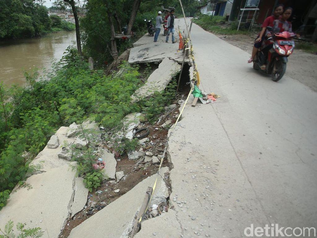 Jalan Amblas di Bekasi Ini Sudah Setahun Lebih Lho Dibiarkan