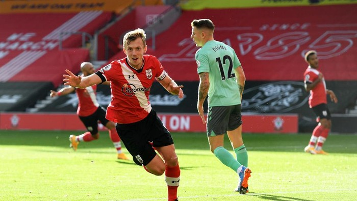 SOUTHAMPTON, ENGLAND - OCTOBER 25: James Ward-Prowse of Southampton celebrates after scoring his sides first goal during the Premier League match between Southampton and Everton at St Marys Stadium on October 25, 2020 in Southampton, England. Sporting stadiums around the UK remain under strict restrictions due to the Coronavirus Pandemic as Government social distancing laws prohibit fans inside venues resulting in games being played behind closed doors. (Photo by Andy Rain - Pool/Getty Images)