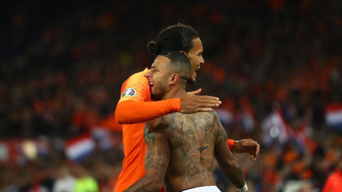 ROTTERDAM, NETHERLANDS - OCTOBER 10: Memphis Depay of the Netherlands celebrates after scoring his sides third goal with Virgil Van Dijk of the Netherlands  during the UEFA Euro 2020 qualifier between Netherlands and Northern Ireland at the De Kuip Stadium on October 10, 2019 in Rotterdam, Netherlands. (Photo by Dean Mouhtaropoulos/Getty Images)