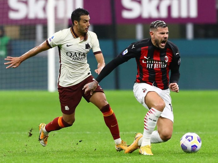 MILAN, ITALY - OCTOBER 26:  Theo Hernandez (R) of AC Milan competes for the ball with Pedro Rodriguez Ledesma (L) of AS Roma during the Serie A match between AC Milan and AS Roma at Stadio Giuseppe Meazza on October 26, 2020 in Milan, Italy.  (Photo by Marco Luzzani/Getty Images)