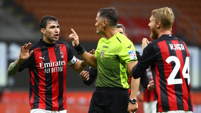 MILAN, ITALY - OCTOBER 26:  Referee Piero Giacomelli (C) disputes with Alessio Romagnoli (L) of AC Milan during the Serie A match between AC Milan and AS Roma at Stadio Giuseppe Meazza on October 26, 2020 in Milan, Italy.  (Photo by Marco Luzzani/Getty Images)