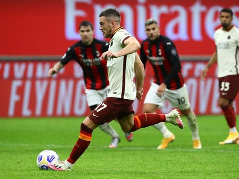 MILAN, ITALY - OCTOBER 26:  Jordan Veretout of AS Roma scores his goal from the penalty spot during the Serie A match between AC Milan and AS Roma at Stadio Giuseppe Meazza on October 26, 2020 in Milan, Italy.  (Photo by Marco Luzzani/Getty Images)