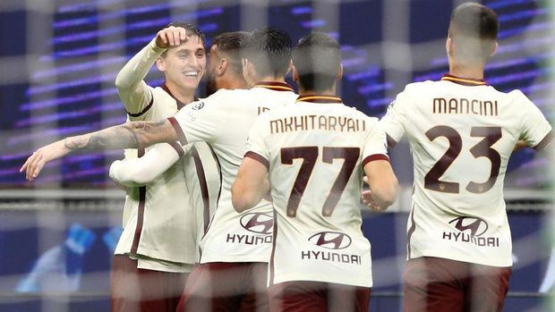 MILAN, ITALY - OCTOBER 26:  Marash Kumbulla (L) of AS Roma celebrates his goal with his team-mats during the Serie A match between AC Milan and AS Roma at Stadio Giuseppe Meazza on October 26, 2020 in Milan, Italy.  (Photo by Marco Luzzani/Getty Images)
