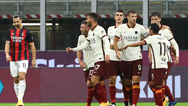 MILAN, ITALY - OCTOBER 26:  Edin Dzeko #9 of AS Roma celebrates his goal with his team-mates during the Serie A match between AC Milan and AS Roma at Stadio Giuseppe Meazza on October 26, 2020 in Milan, Italy.  (Photo by Marco Luzzani/Getty Images)