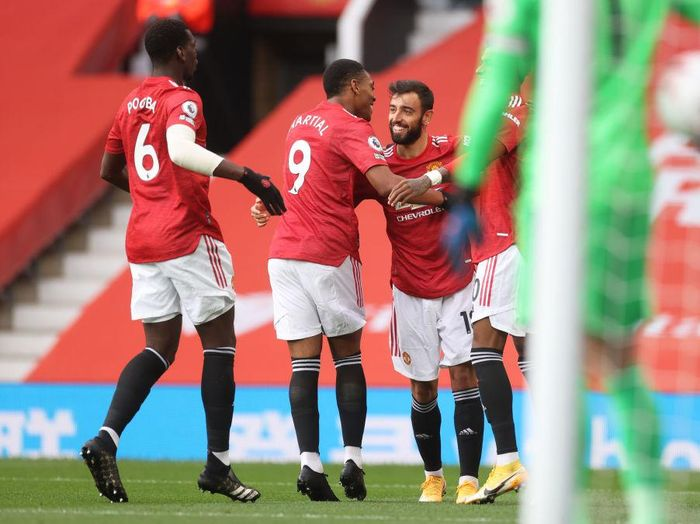 MANCHESTER, ENGLAND - OCTOBER 04: Bruno Fernandes of Manchester United celebrates with teammates after scoring his sides first goal  during the Premier League match between Manchester United and Tottenham Hotspur at Old Trafford on October 04, 2020 in Manchester, England. Sporting stadiums around the UK remain under strict restrictions due to the Coronavirus Pandemic as Government social distancing laws prohibit fans inside venues resulting in games being played behind closed doors. (Photo by Carl Recine - Pool/Getty Images)