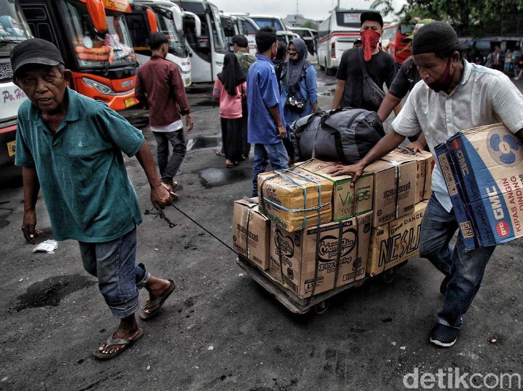 Hilir Mudik Penumpang di Terminal Tanjung Priok Sambut Cuti Bersama