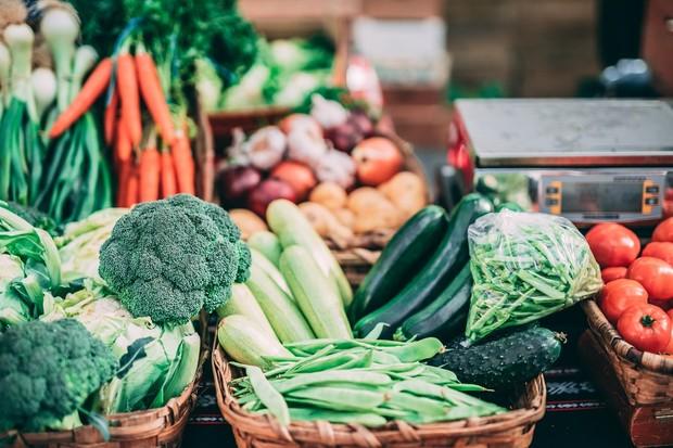 Mengonsumsi makanan sehat dan kaya nutrisi seperti kalsium, protein, dan zat besi dapat membantu mempersiapkan kehamilan pada wanita.