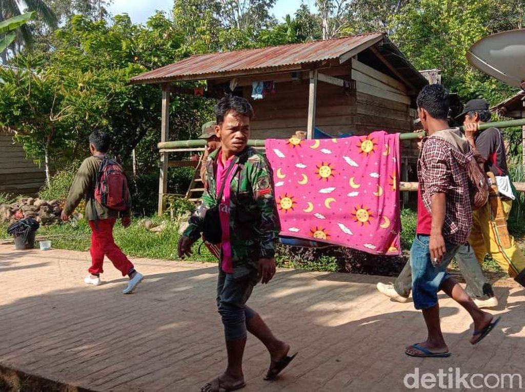 Sedih! Desa Tak Bisa Diakses, Kakek Tola Ditandu 12 Km ke Puskesmas