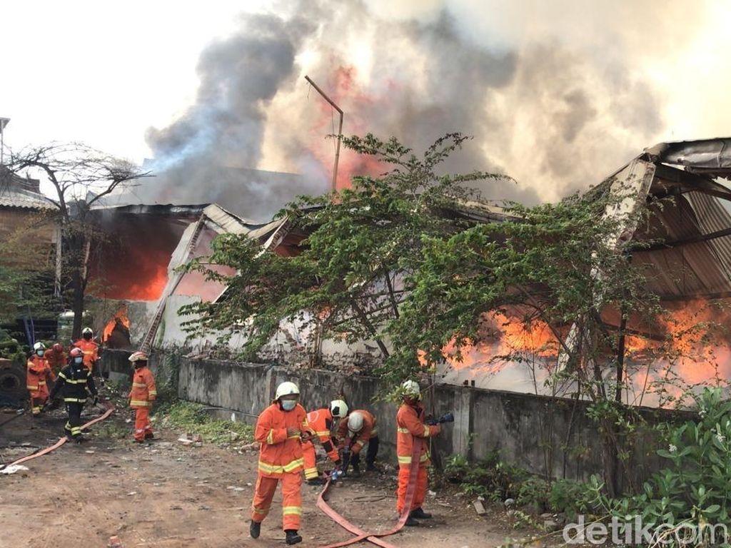 Sebuah Gudang Mebel di Surabaya Terbakar