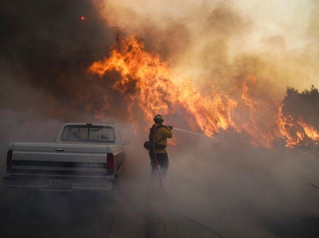 Lembah Jurupa Dekat Permukiman di California Terbakar