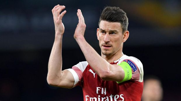 NAPLES, ITALY - APRIL 18: Laurent Koscielny of Arsenal applauds fans during the UEFA Europa League Quarter Final Second Leg match between S.S.C. Napoli and Arsenal at Stadio San Paolo on April 18, 2019 in Naples, Italy. (Photo by Stuart Franklin/Getty Images)