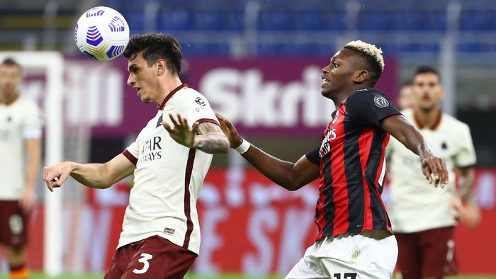 MILAN, ITALY - OCTOBER 26:  Roger Ibanez Da Silva of AS Roma competes for the ball with Rafael Leao of AC Milan during the Serie A match between AC Milan and AS Roma at Stadio Giuseppe Meazza on October 26, 2020 in Milan, Italy.  (Photo by Marco Luzzani/Getty Images)