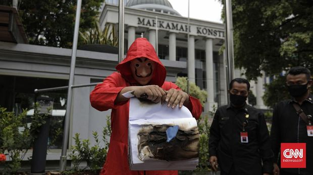 Mahasiswa Independen melakukan aksi simbolis membakar salinan naskah Omnibus Law Undang-undang Cipta Kerja di depan Gedung Mahkamah Konstitusi (MK), Jakarta, Selasa, 27 Oktober 2020. CNN Indonesia/Adhi Wicaksono