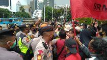 Demo Tolak UU Cipta Kerja di Patung Kuda Jakpus, Massa Sempat Ricuh