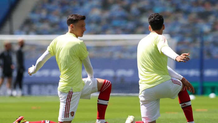 BRIGHTON, ENGLAND - JUNE 20: Mesut Ozil of Arsenal warms up prior to the Premier League match between Brighton & Hove Albion and Arsenal FC at American Express Community Stadium on June 20, 2020 in Brighton, England. Football Stadiums around Europe remain empty due to the Coronavirus Pandemic as Government social distancing laws prohibit fans inside venues resulting in all fixtures being played behind closed doors. (Photo by Gareth Fuller/Pool via Getty Images)