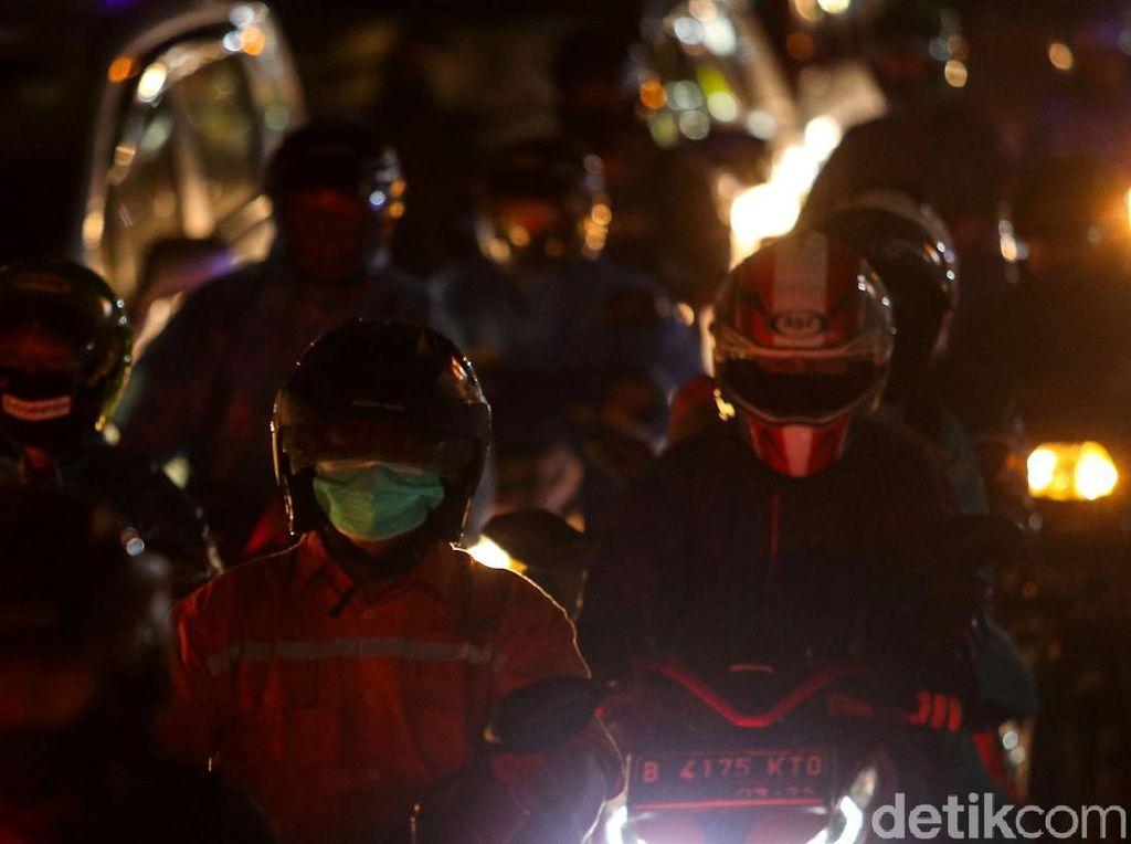 Malam Tahun Baru, Ramai Kendaraan Keluar Jakarta Via Kalimalang
