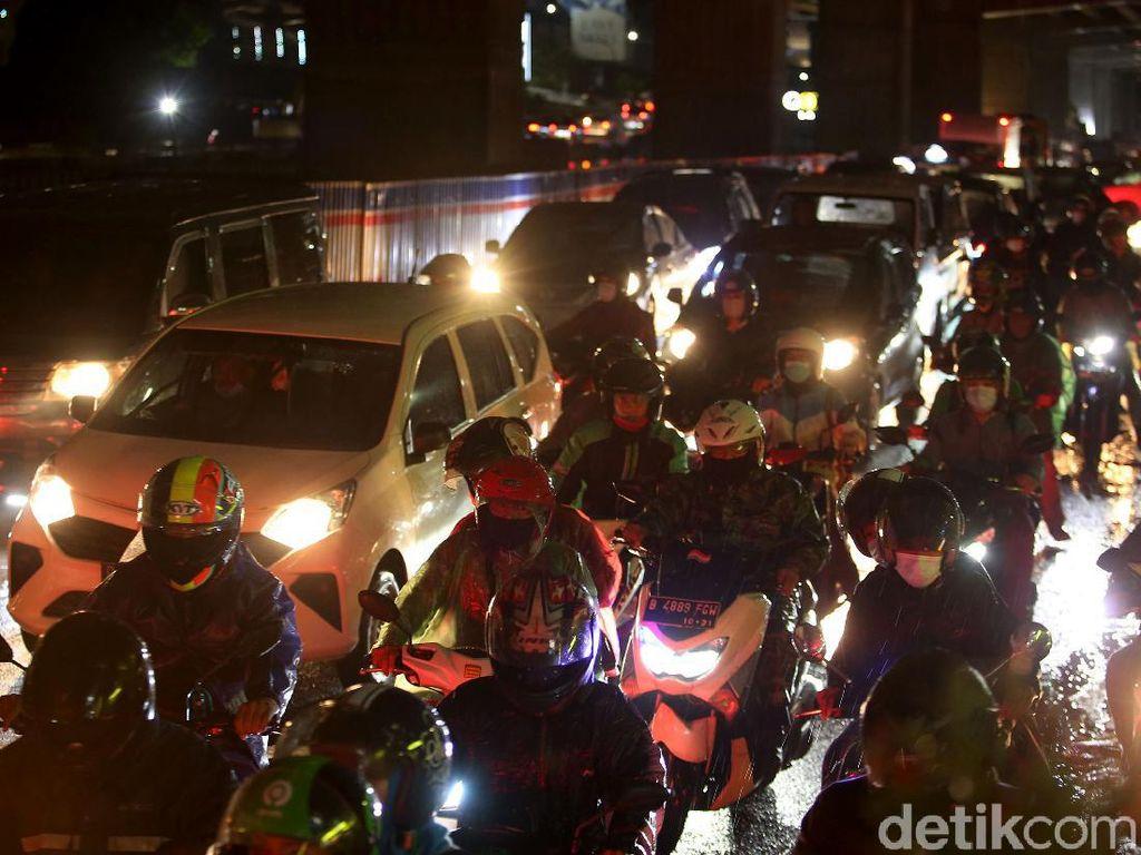 Ruas Jalan Kalimalang Ramai di Malam Terakhir Libur Tahun Baru