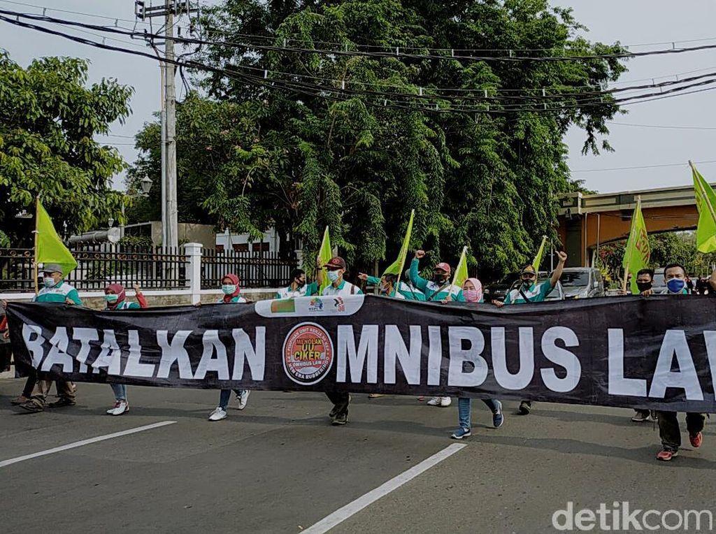 Buruh Gugat UU Cipta Kerja yang Baru Diteken Jokowi