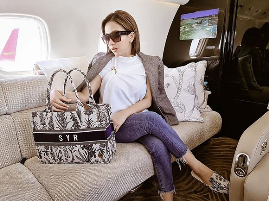 Foto: Gaya Syahrini Pakai Tas yang Dituding Jiplak Christian Dior