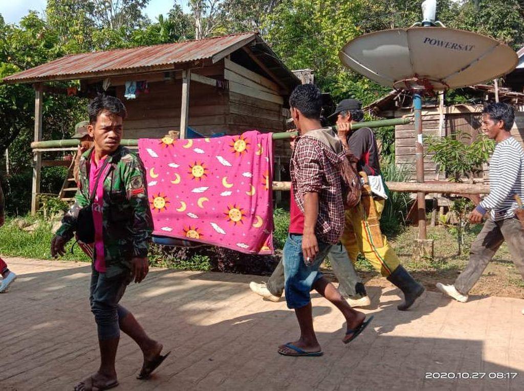 Viral Kakek di Sulbar Ditandu 12 Km ke Puskesmas Gegara Jalan Rusak