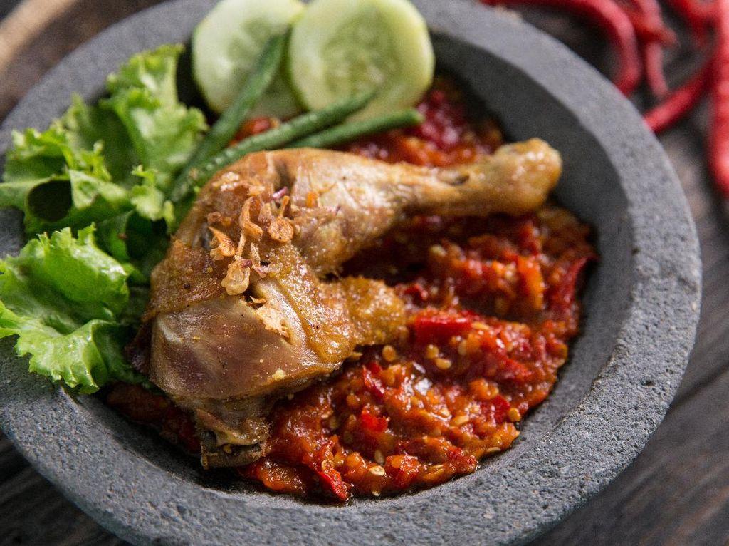 Resep Ayam Penyet ala Jawa Timur yang Pedas Nendang