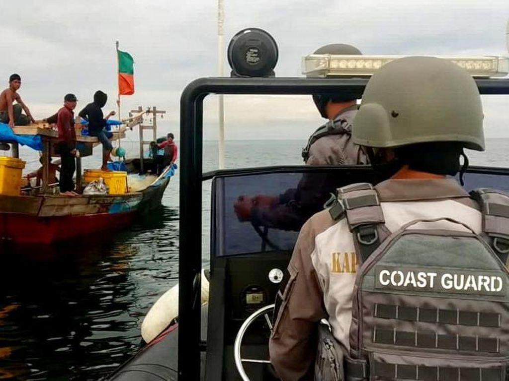 Patroli, Bakamla Selamatkan Nelayan yang Terapung 2 Hari di Selat Malaka