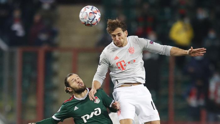MOSCOW, RUSSIA - OCTOBER 27: Grzegorz Krychowiak of Lokomotiv Moskva and Leon Goretzka of Bayern Munich battle for the ball  during the UEFA Champions League Group A stage match between Lokomotiv Moskva and FC Bayern Muenchen at RZD Arena on October 27, 2020 in Moscow, Russia. A limited number of spectators will be in attendance as Covid-19 pandemic restrictions ease. (Photo by Maxim Shemetov - Pool/Getty Images)