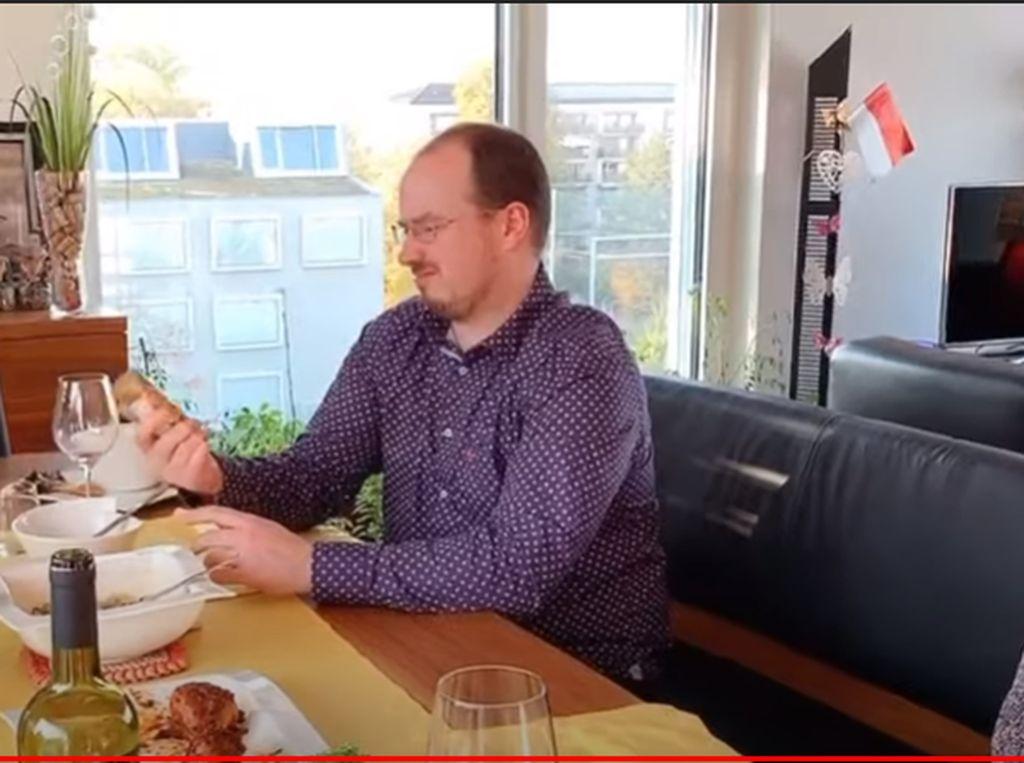 Bule Swiss Langsung Jatuh Hati Saat Cicipi Ayam Bakar dan Tongseng