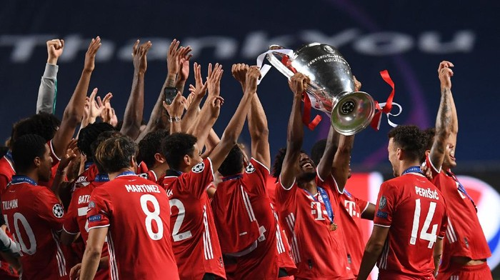 LISBON, PORTUGAL - AUGUST 23: Kingsley Coman of FC Bayern Munich lifts the Champions League Trophy following his teams victory in the UEFA Champions League Final match between Paris Saint-Germain and Bayern Munich at Estadio do Sport Lisboa e Benfica on August 23, 2020 in Lisbon, Portugal. (Photo by David Ramos/Getty Images)