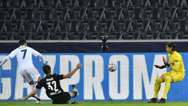 Moenchengladbach's goalkeeper Yann Sommer, right, makes a save in front Real Madrid's Eden Hazard, left, during the Champions League group B soccer match between Borussia Moenchengladbach and Real Madrid at the Borussia Park in Moenchengladbach, Germany, Tuesday, Oct. 27, 2020. (AP Photo/Martin Meissner)
