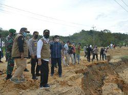 Gubernur Riau Tinjau Jalan Amblas di Perbatasan Kampar-Sumbar
